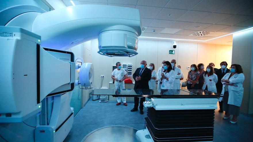 Pacientes reciben radioterapia más precisa con un tercer equipo donado por Amancio Ortega al Reina Sofía