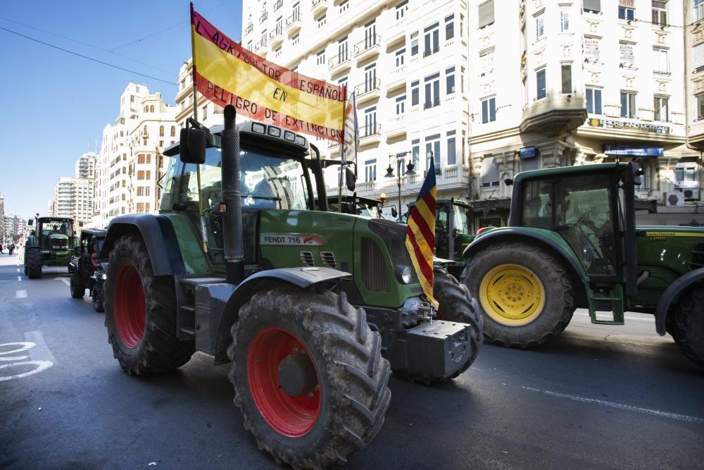 FOTOS: La tractorada de los agricultores toma València