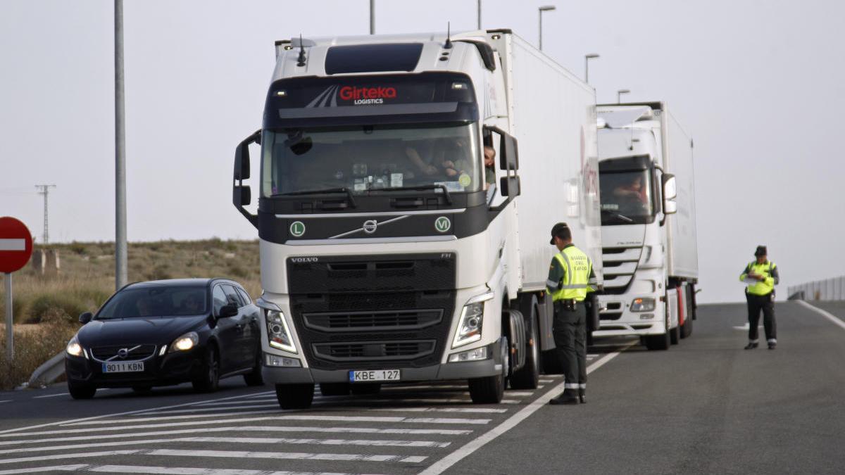 Control de camiones en una carretera de la Región.