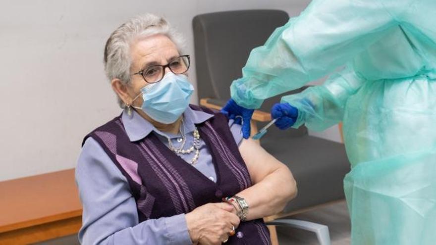 Una anciana y una sanitaria reciben la segunda dosis de la vacuna de Pfizer