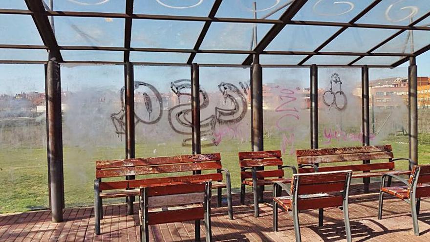 Los vándalos vuelven con pintadas en zonas de descanso y calles de Benavente