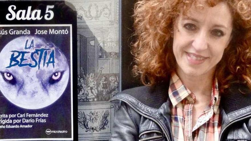 Caridad Fernández con el cartel de la obra.