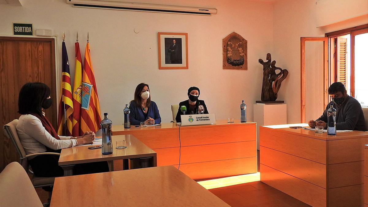 Francina Armengol y Alejandra Ferrer en la rueda de prensa de ayer en la sede del Consell de Formentera.   C.C.