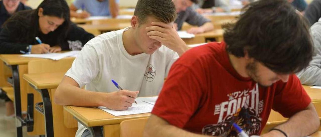 Estudiantes en un examen de selectividad reciente. // Gustavo Santos