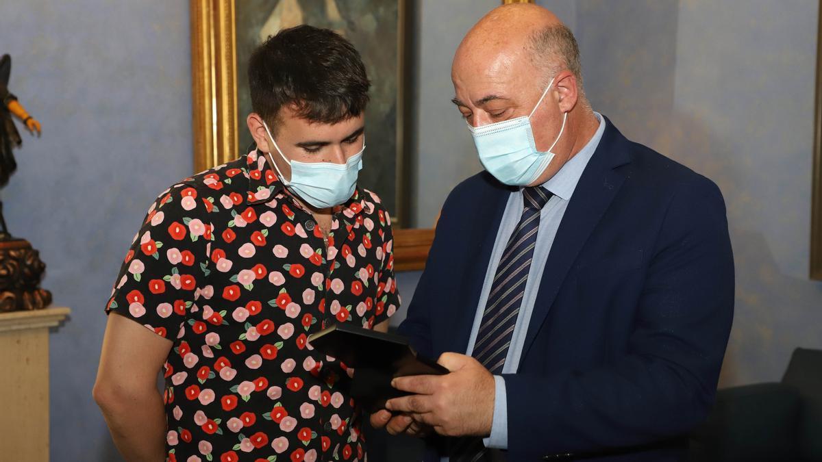 Palomo Spain y Antonio Ruiz, durante la entrega de la distinción este martes.
