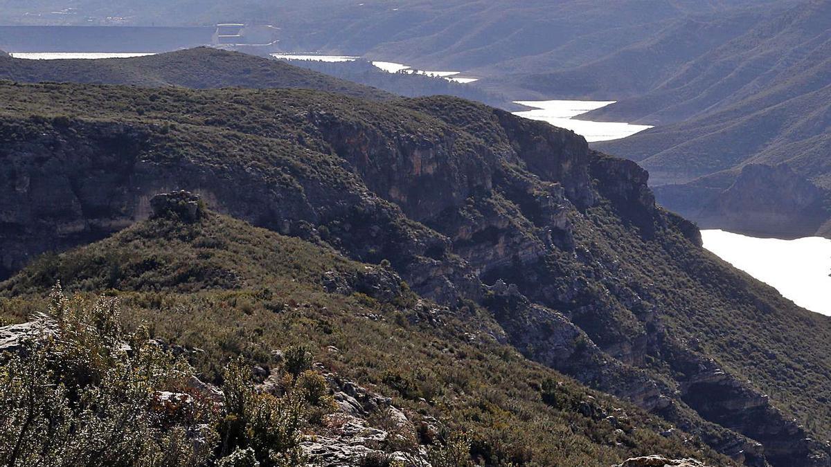 Montañas de Tous con el cauce del Xúquer que marca el linde entre términos municipales. | VICENT M. PASTOR