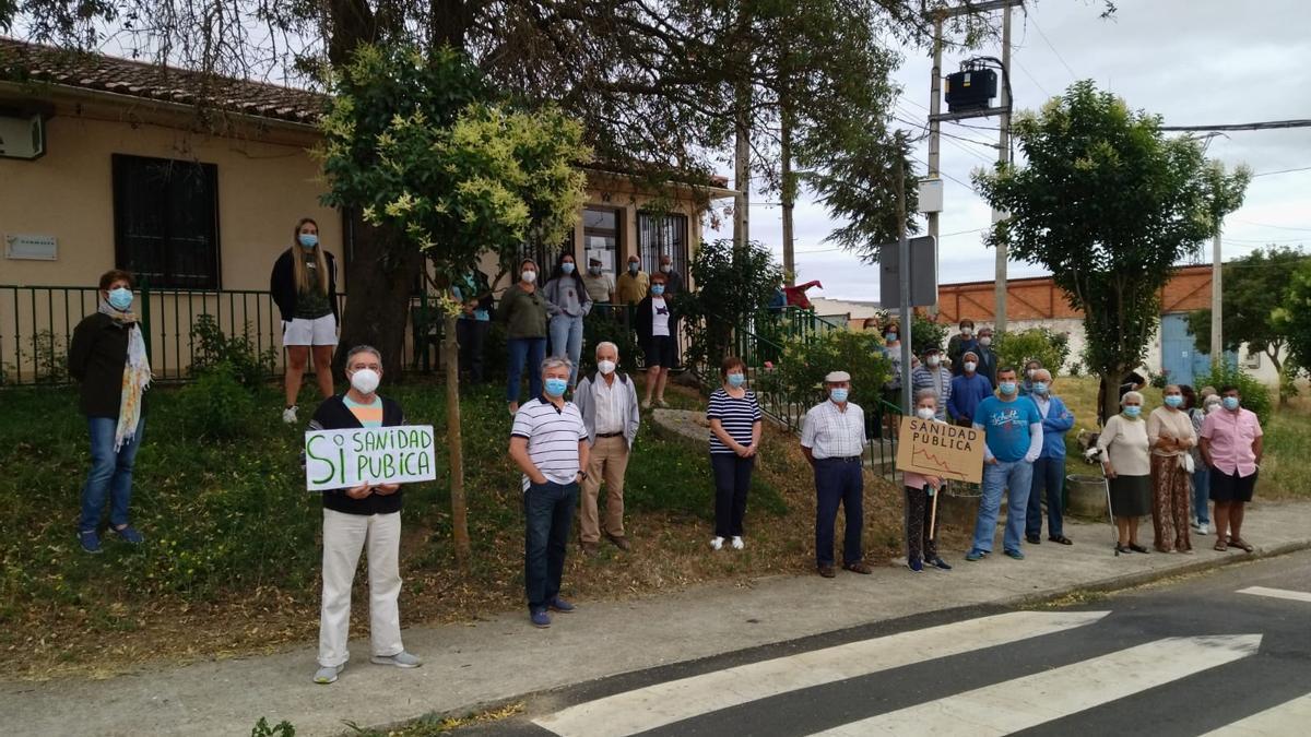Vecinos de Pozoantiguo se concentran junto al consultorio médico