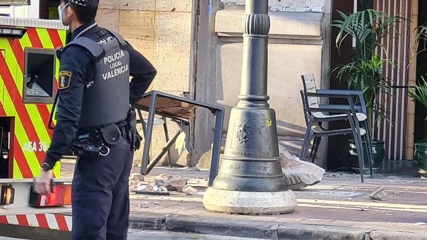 Dos mujeres resultan heridas tras desprenderse una losa de un balcón en Marqués del Turia