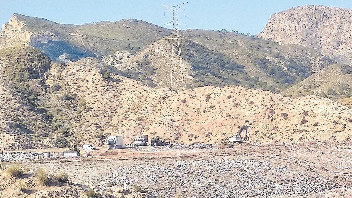 La montaña de residuos de una de las celdas donde se entierra la basura es visible desde la carretera que une Xixona con Alicante.