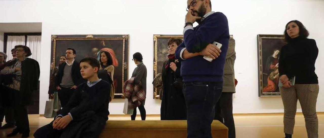Algunos de los amigos del Museo de Bellas Artes, durante la visita organizada para ellos ayer por las obras maestras de la pinacoteca.