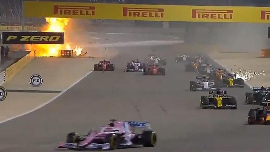 Susto al estallar el coche de Grosjean tras chocar en Baréin