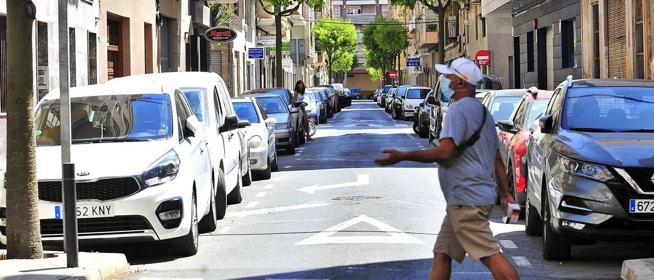 Una calle del barrio de la Zapatillera repleta de vehículos estacionados en la mañana de ayer.