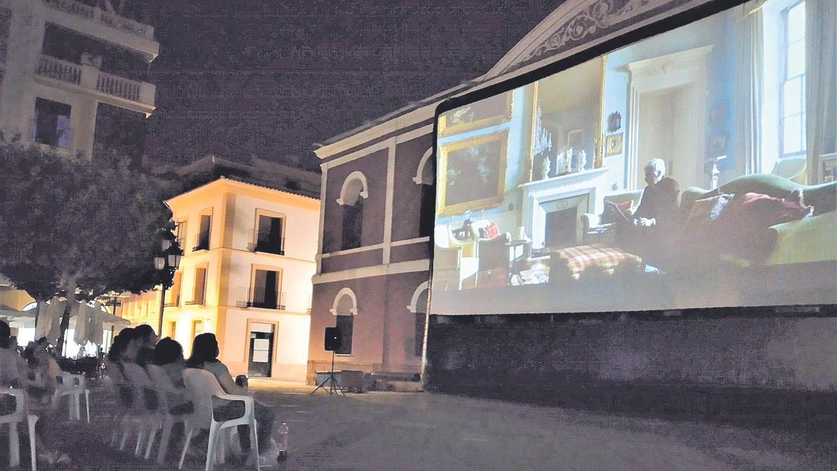 La pantalla del cine de verano de Lorca en la fachada del Teatro Guerra.