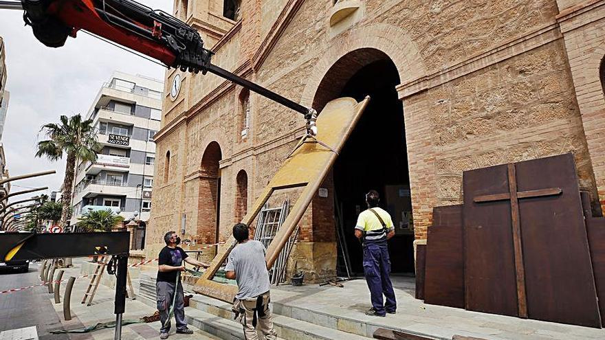 La iglesia de La Inmaculada de Torrevieja restaura el portón de su fachada