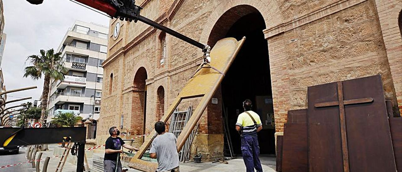 Retirada del portón de la iglesia para su restauración.    JOAQUÍN CARRIÓN