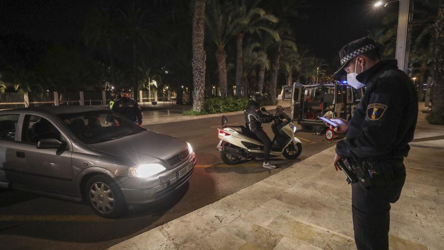 La Policía Local detiene en Elche a un hombre por insultar e intentar golpear a un agente