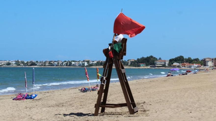 Vecinos de la playa de Dénia cerrada atribuyen el vertido fecal a la depuradora de Els Poblets