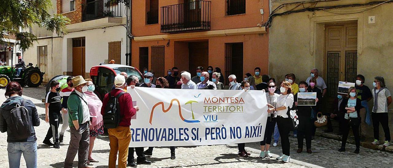 Concentración de Montesa Territori Viu ante el consistorio, el día de la reunión con una promotora | LEVANTE-EMV