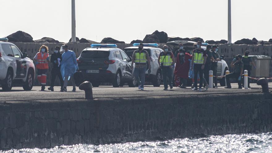 Auxilian a siete inmigrantes en una patera a 8 millas de Lanzarote