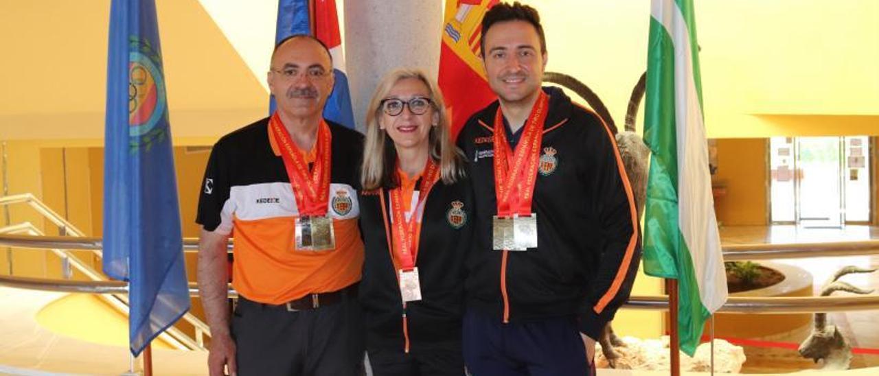 José Ramón Galán, Claudia Gras y Antonio Cerdán, con las medallas conseguidas.   LEVANTE-EMV