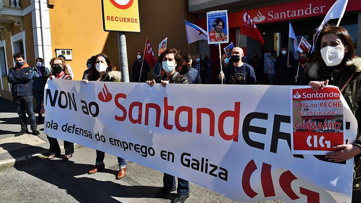 Protesta contra el cierre de la sucursal del Santander en Guísamo, ayer, ante la oficina.     // VÍCTOR ECHAVE