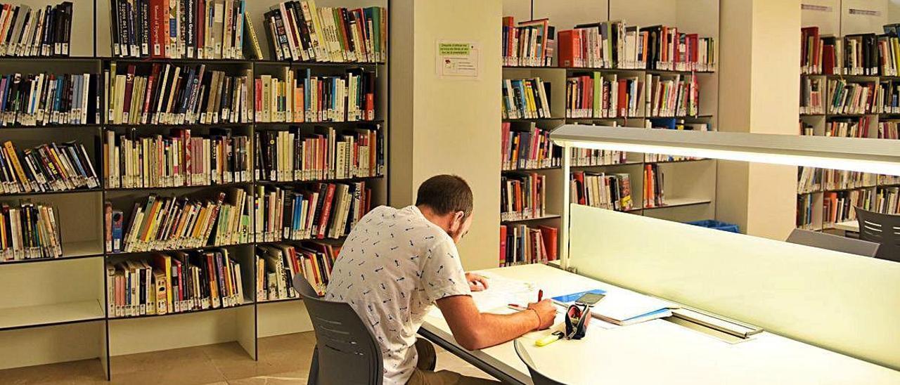 Un alumno de la UPV estudiando en una de las salas de la universidad.