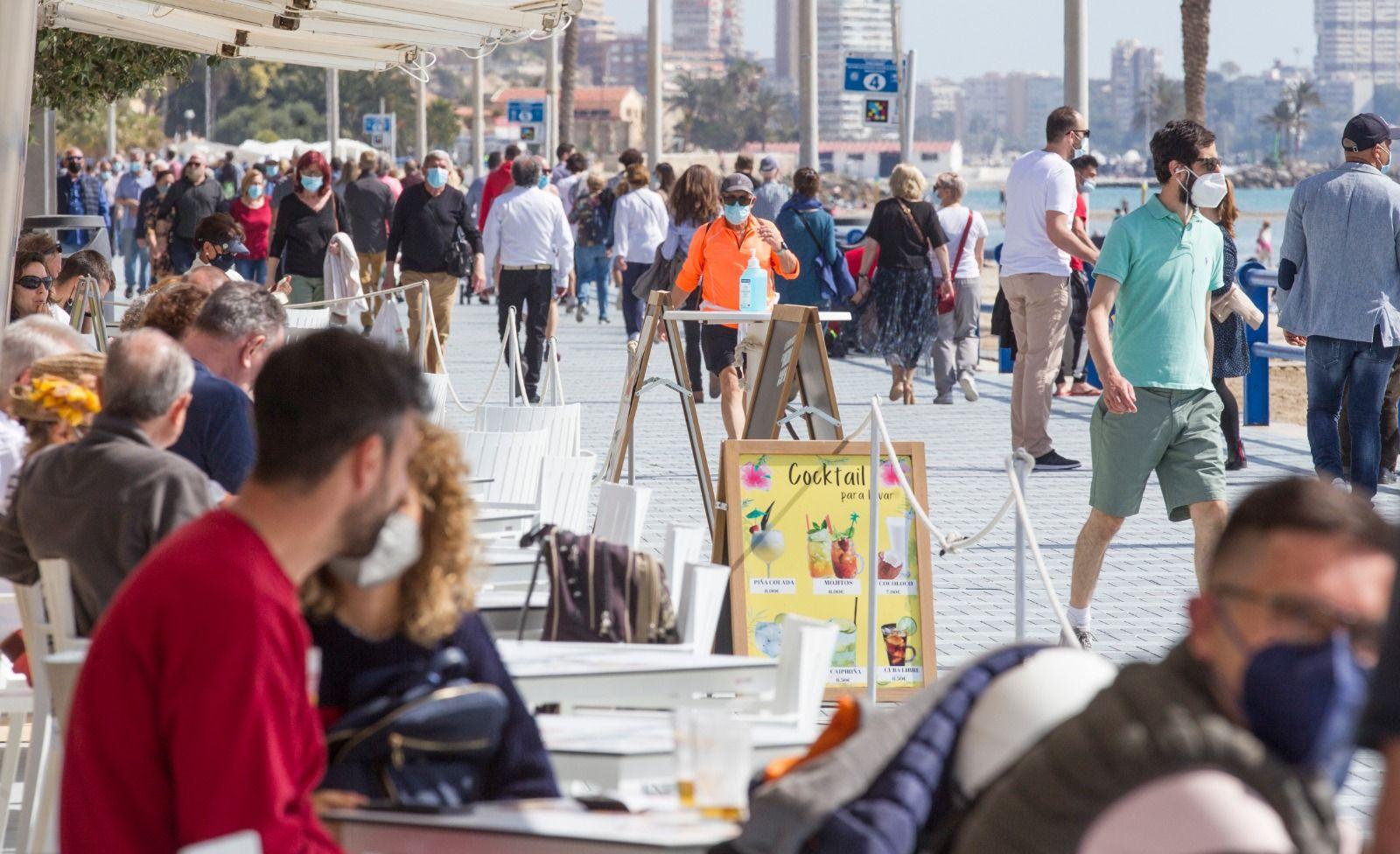 Las playas de Alicante lucen abarrotadas en el inicio del puente de Semana Santa