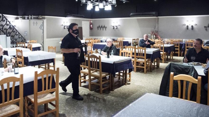 El Govern obliga bars i restaurants a tancar a les 15.30 h a partir de dilluns i no permet sortir de la comarca tampoc entre setmana