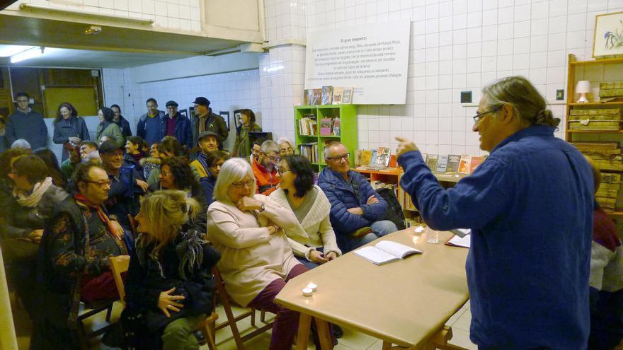 Àngel Rodríguez passa comptes amb la vida al poemari «Matèria mare»