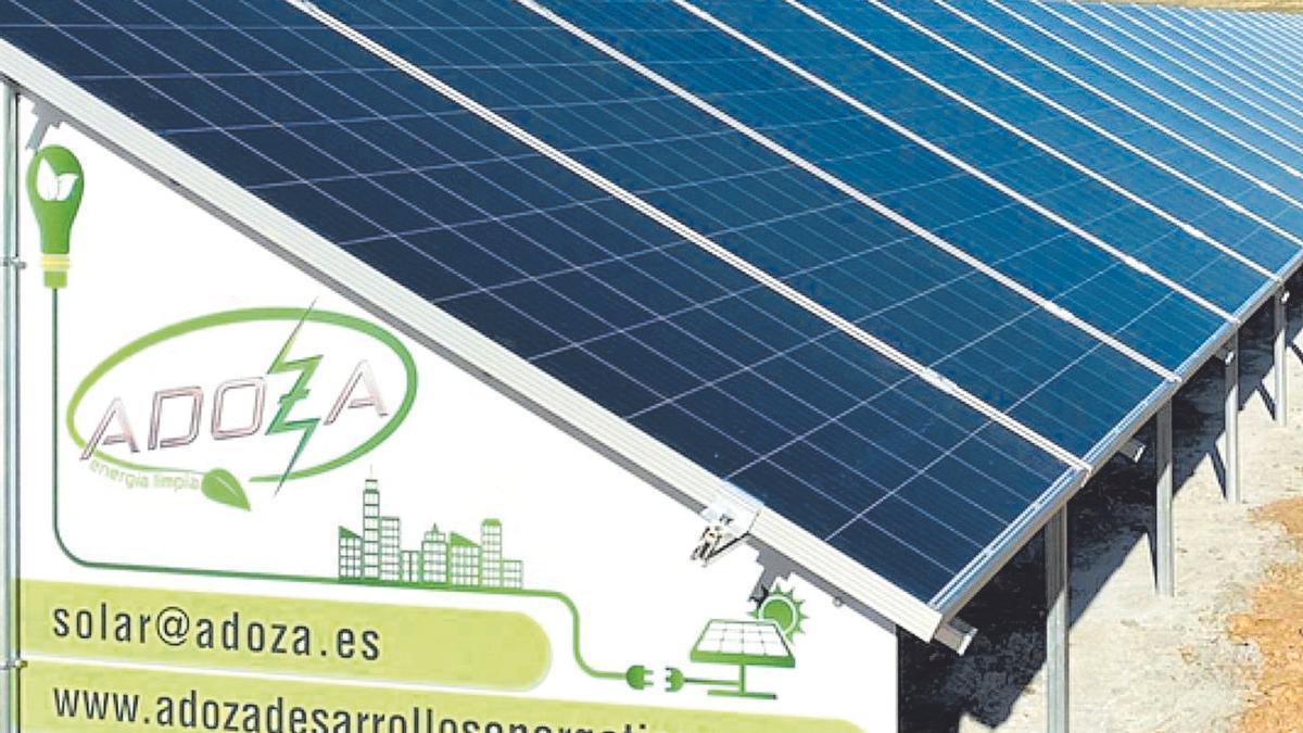 Instalación de placas solares realizada por Adoza Desarrollos Energéticos.   Foto cedida a L. O. Z.