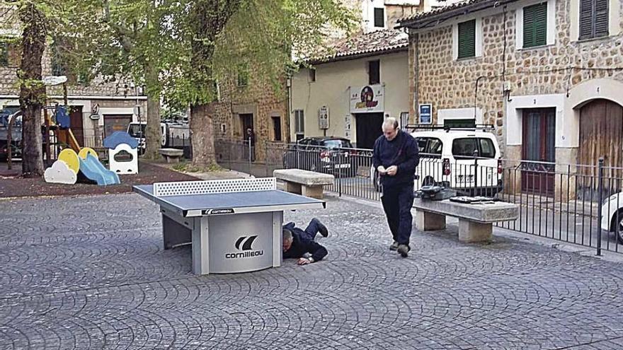 Una mesa de ping-pong en Estiradors