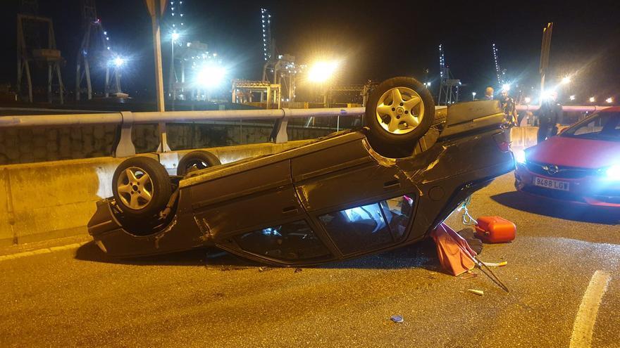 Herido grave tras volcar con su coche en una rotonda de Sanjurjo Badía