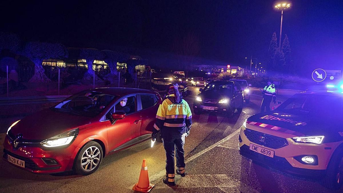 Un control policial per evitar els desplaçaments nocturns durant l'anterior toc de queda