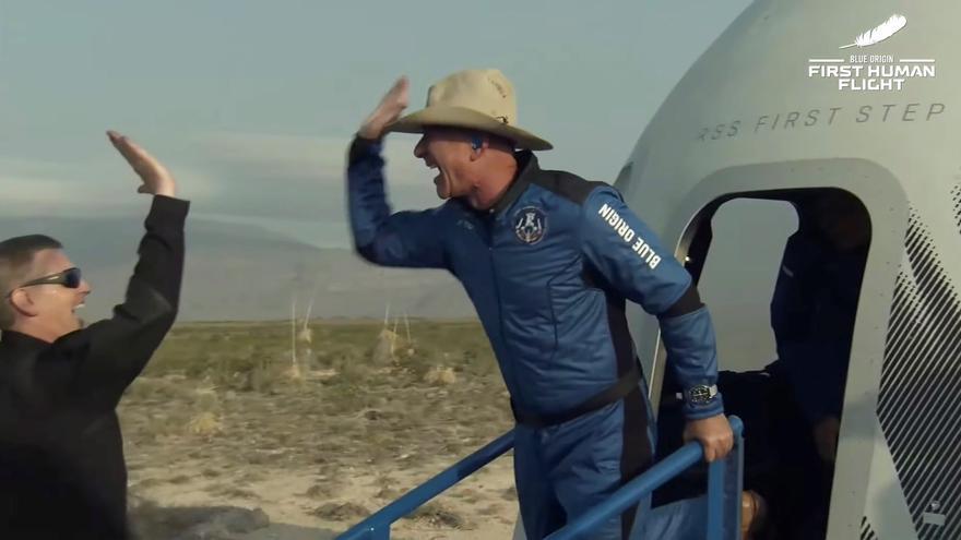 Jeff Bezos arriba a l'espai en un coet de la seva companyia Blue Origin