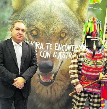 El presidente de TORGUVI, Sergio del Teso Perez, con el zangarron en FITUR.      CEDIDA