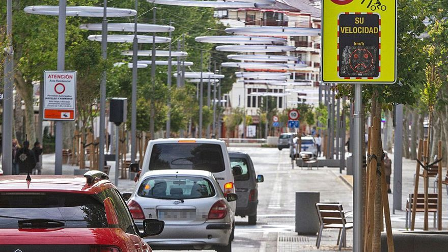 Coches a 10km/h por una principales arterias de Benidorm para favorecer a los peatones