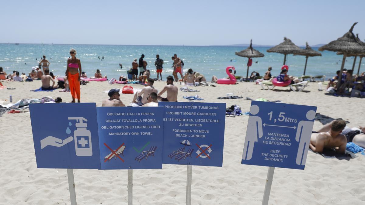 Hinweisschilder am Strand von Arenal.