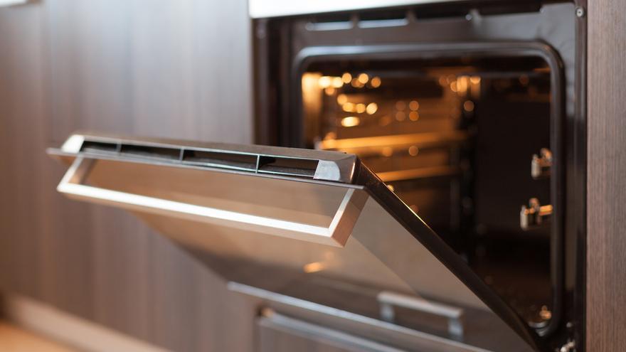 El sencillo truco para limpiar el horno en segundos con un producto que tienes en casa