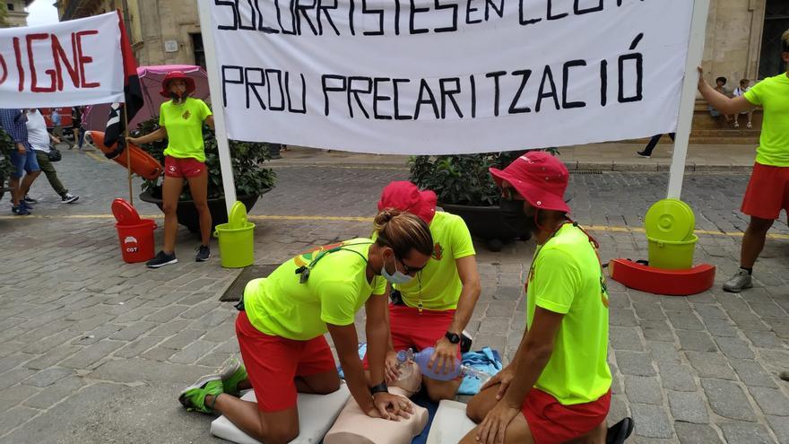 Los socorristas de playa protestan en Cort por su precariedad laboral