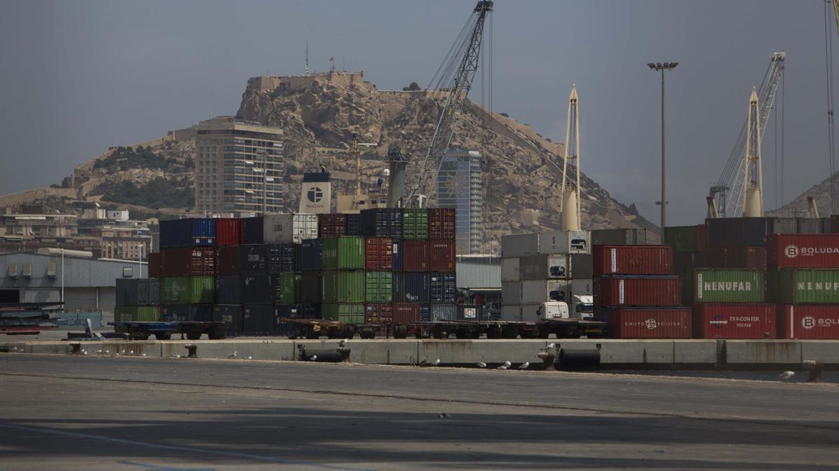 Contenedores apilados en el puerto de Alicante en una imagen de archivo