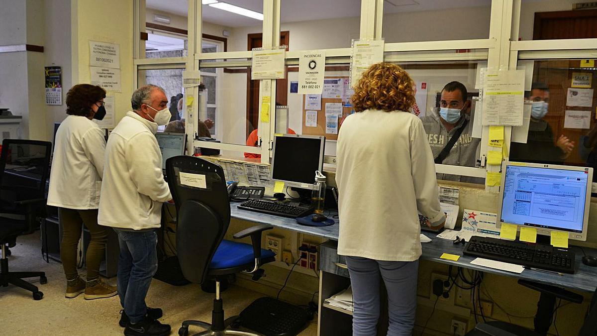 Trabajadores del centro de salud atendiendo a usuarios sin poder usar los sistemas informáticos.     // G.N.