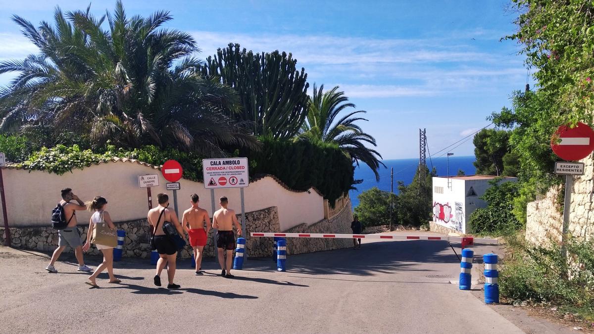 La barrera baixada al carrer que porta fins a la cala d'Ambolo