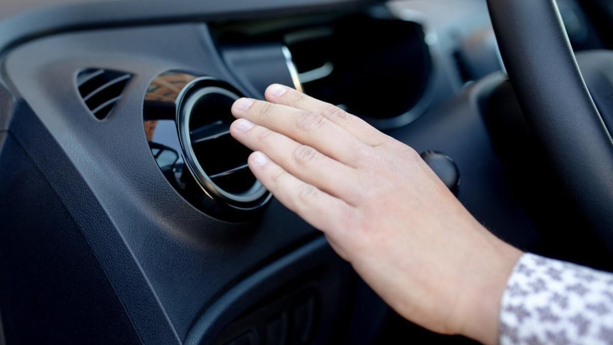 ¿Es necesario recargar el aire acondicionado del coche cada año?