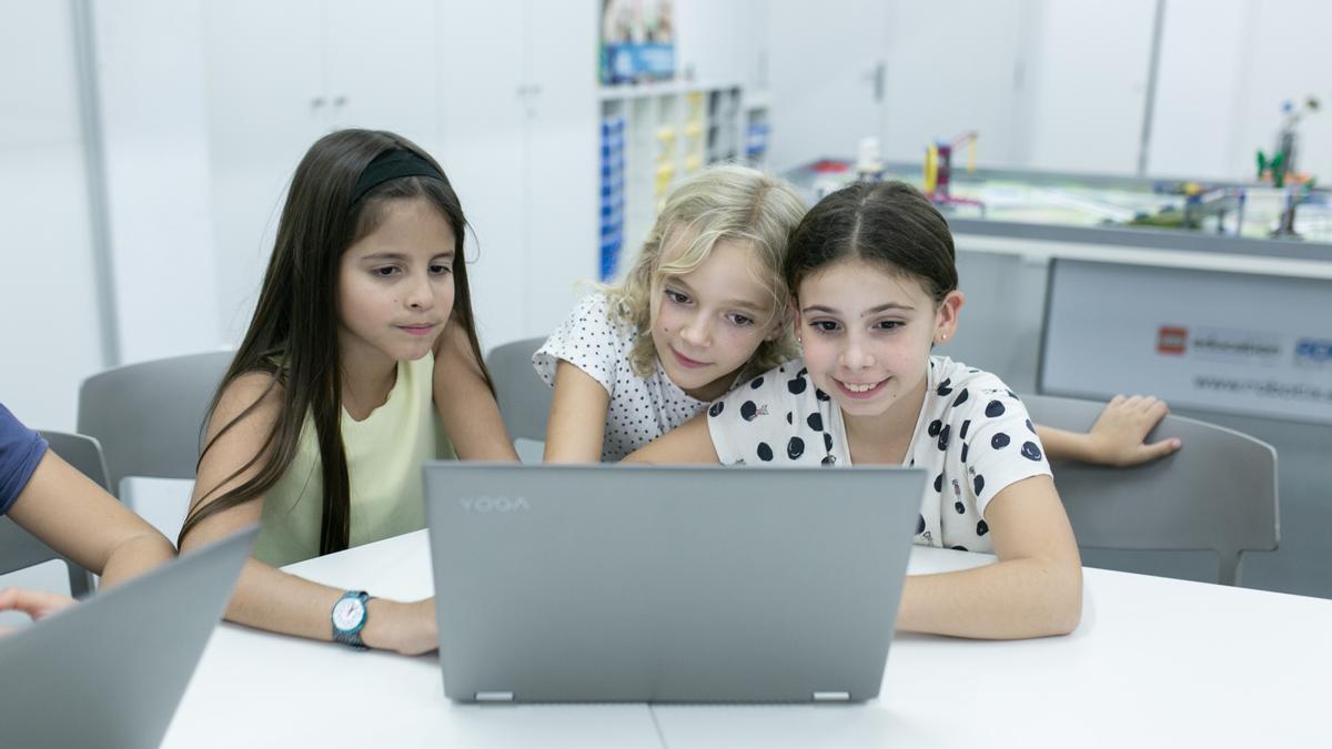 Aquae STEM achegaralles mensualmente ás alumnas as experiencias de enxeñeiras, matemáticas, biotecnólogas ou informáticas españolas para espertar o seu interese