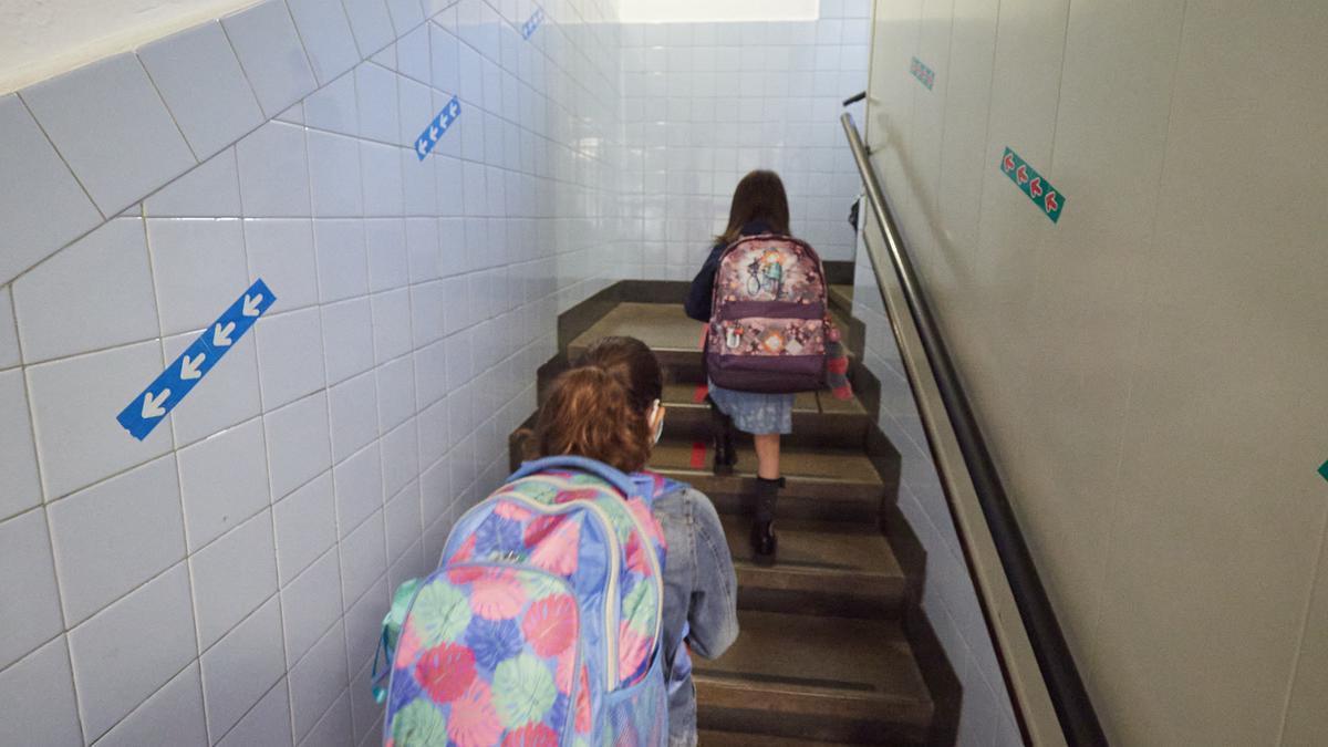 Dos niñas en un colegio público.