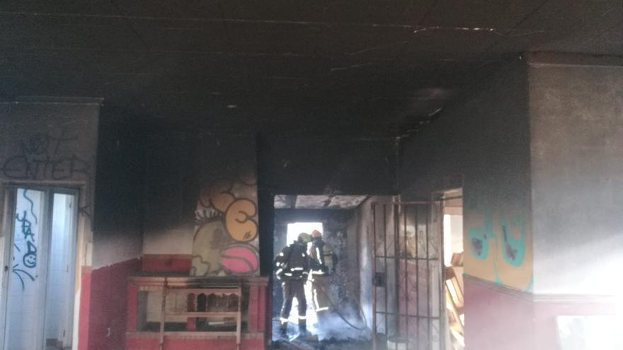 Los bomberos sofocan dos incendios provocados en la misma vivienda ocupada de Torrevieja