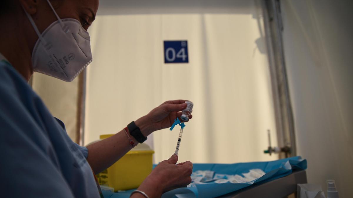 Una trabajadora sanitaria prepara una dosis de la vacuna de Astrazeneca