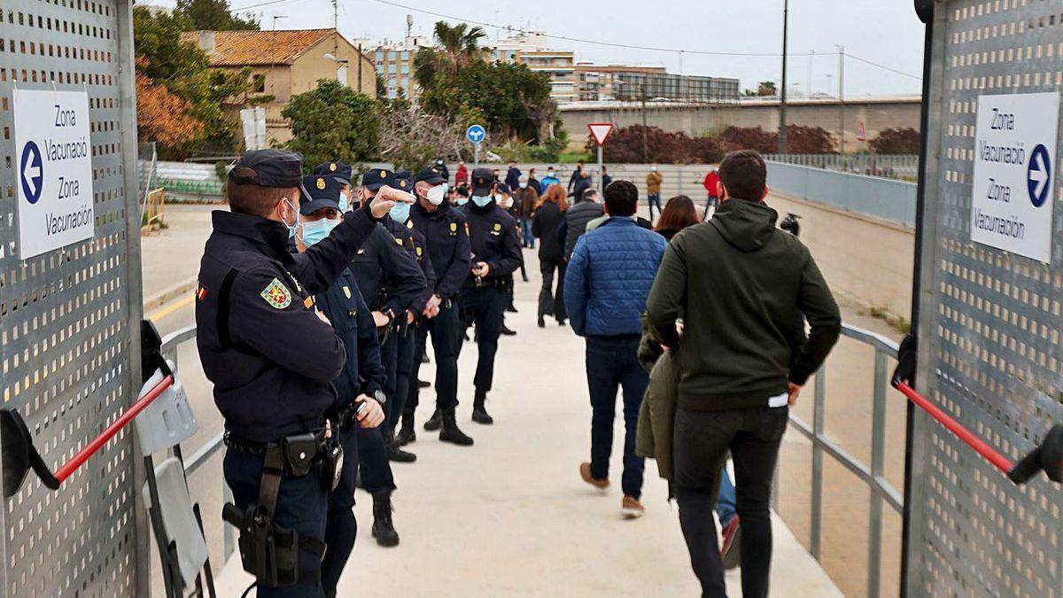Agentes de la Policía Nacional en la cola de vacunación, el pasado 1 de marzo.
