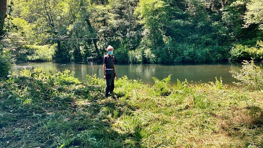 Los pescadores limpian la orilla del Esva