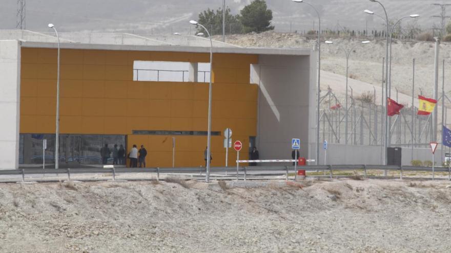 El positivo de un preso obliga a aislar a 120 reclusos en la cárcel de Campos del Río